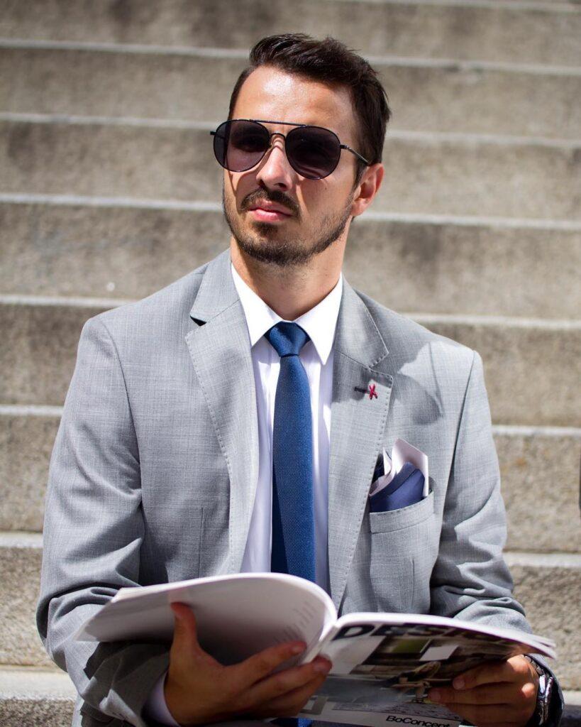 Moderátor Matej Martinček pózuje ako model pre Lombardi Fashion House Bratislava
